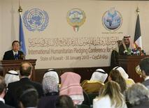 El secretario general de Naciones Unidas, Ban Ki-moon (a la izquierda en la imagen), junto al canciller kuwaití, Sheikh Sabah al Khaled al Sabah, durante una conferencia de prensa en Kuwait, ene 30 2013. Países donantes prometieron más de 1.500 millones de dólares en ayuda para los sirios afectados por la guerra civil, anunció el miércoles el secretario general de Naciones Unidas, Ban Ki-moon, tras advertir que el conflicto había generado una catastrófica crisis humanitaria. REUTERS/Stephanie McGehee