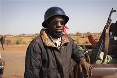 Un soldado de Mali junto a su rifle AK-47 en Douentza, ene 30 2013. Las tropas francesas tomaron el miércoles el aeropuerto en la ciudad de Kidal, el último bastión rebelde de Mali, en su avance para completar la primera fase de su operación militar dirigida a recuperar el norte del país de manos rebeldes. REUTERS/Joe Penney