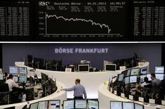 Las bolsas europeas sufrieron el miércoles su mayor caída diaria en el mes después de que unos flojos resultados corporativos y un débil dato de la economía estadounidense golpearan el ánimo de los inversores y dejase a algunos posicionándose para más caídas a corto plazo. En la imagen, la bolsa de Fránkfort el 30 de enero de 2013. REUTERS/Remote/Janine Eggert