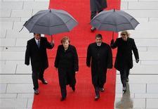 La canciller alemana, Angela Merkel, junto al presidente de Egipto, Mohamed Mursi, en el patio de la Cancillería en Berlín, ene 30 2013. El presidente egipcio, Mohamed Mursi, viajó el miércoles a Alemania para convencer a Europa de sus credenciales democráticas, dejando atrás a un país en crisis tras una oleada de violencia que ha causado la muerte a más de 50 personas. REUTERS/Fabrizio Bensch
