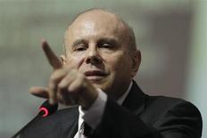 O ministro da Fazendo do Brasil, Guido Mantega, fala em reunião nacional em Brasília. A recente desvalorização do dólar, cotado abaixo de 2 reais pela primeira vez em cerca de sete meses, não implica derretimento da moeda norte-americana e tampouco é uma estratégia para conter a alta dos preços no Brasil, afirmou Mantega. 30/01/2013 REUTERS/Ueslei Marcelino