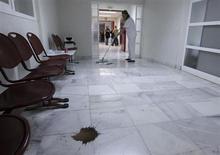 Las comunidades autónomas redujeron a la mitad su deuda con las compañías farmacéuticas por los medicamentos que éstas suministraron a los hospitales el pasado año gracias al plan de pago a proveedores del Gobierno, que alivió parte de esta carga. En la imagen, una trabajadora de limpieza friega el suelo en el Hospital General de Alicante, tras una huelga de 16 días del personal de limpieza contra el impago de su sueldo de diciembre, el 11 de enero de 2013. REUTERS/Heino Kalis