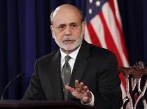 Imagen de archivo del presidente de la Reserva Federal, Ben Bernanke, durante una conferencia de prensa en Washington, dic 12 2012. La Reserva Federal de Estados Unidos mantuvo vigente el miércoles su programa de estímulo mediante compras de bonos por 85.000 millones de dólares mensuales, al afirmar que el crecimiento se había estancado, aunque sugirió que el freno fue probablemente temporal. REUTERS/Kevin Lamarque/Files