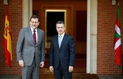 El líder del Gobierno vasco, Iñigo Urkullu, invitó el miércoles a las fuerzas políticas vascas a dialogar con normalidad, tras su primera reunión con el presidente del Gobierno, Mariano Rajoy, desde su nombramiento. En la imagen, el presidente del Gobierno, Mariano Rajoy (a la izquierda) con el nuevo lehendakari, Iñigo Urkullu, antes de reunirse en el Palacio de la Moncloa, el 30 de enero de 2013. REUTERS/Paul Hanna