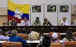 El Gobierno colombiano y las FARC cruzaron duras declaraciones el miércoles, después de que la guerrilla dijera que seguirá capturando a efectivos de las Fuerzas Armadas un día antes de reiniciar las negociaciones de paz en Cuba para poner fin a un largo y sangriento conflicto. En la imagen, el negociador de las FARC Andrés París (a la derecha) habla con la prensa junto a los miembros del grupo rebelde Jesús Santrich (segundo por la derecha), Ricardo Tellez, la holandesa Tanja Nijmeijer (a la izquierda) y el negociador hefe Iván Márquez (en el centro) durante una reuda de prensa en La Habana, el 24 de enero de 2013. REUTERS/Enrique De La Osa