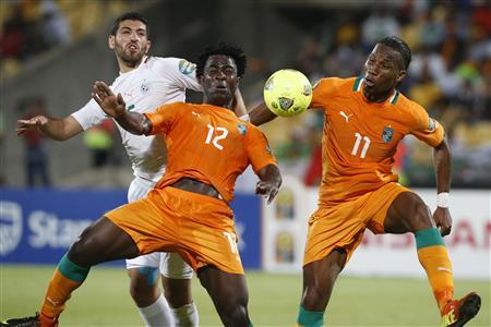 Ivory Coast's Wilfried Bony and Didier Drogba (R) are challenged by Algeria's Rafik Halliche (L) during their African Nations Cup (AFCON 2013) Group D soccer match in Rustenburg, January 30, 2013. REUTERS/Mike Hutchings
