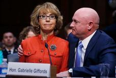 """La ex congresista Gabby Giffords, herida de gravedad en un tiroteo en 2011, hizo una emotiva llamada el miércoles al Congreso de EEUU para que tome medidas contra la violencia armada en el país, aunque un directivo de la Asociación Nacional del Rifle dijo que las nuevas normas """"han fracasado en el pasado y fracasarán de nuevo"""". En la imagen, la ex congresista estadounidense Gabrielle Giffords (a la izquierda) comparece ante el senado sentada junto a su marido, el ex capitán de Marina Mark Kelly, en Washington, el 30 de enero de 2013. REUTERS/Larry Downing"""