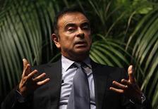 Le gel des salaires envisagé par Renault cette année pour améliorer sa compétitivité concernera aussi les dirigeants du groupe, mais pas forcément le PDG Carlos Ghosn, dont la rémunération relève du conseil d'administration. /Photo prise le 29 janvier 2013/REUTERS/Ina Fassbender