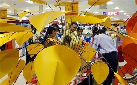 Indian shoppers check out products at a shopping mall in Noida, October 1, 2003. REUTERS/Kamal Kishore/Files