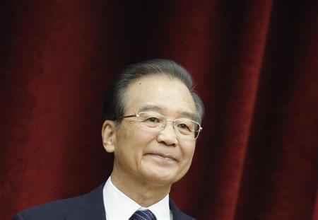 Chinese Premier Wen Jiabao poses during the family photo at the 15th ASEAN-China summit meeting at the Peace Palace in Phnom Penh, November 19, 2012. REUTERS/ Samrang Pring