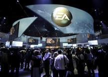 Electronic Arts (EA) a annoncé mercredi un chiffre d'affaires en baisse pour le troisième trimestre 2012-2013, l'éditeur de jeux vidéo ayant pâti, comme ses concurrents, de ventes mitigées pendant la saison des fêtes. /Photo prise le 5 juin 2012/REUTERS/Gus Ruelas