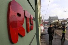 Мужчина проходит мимо входа на биржу РТС в Москве, 21 января 2013 года. Российские фондовые индексы снизились в начале торгов четверга на внешнем фоне, продолжая корректироваться третью сессию подряд после роста. REUTERS/Sergei Karpukhin