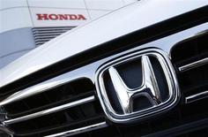 Le constructeur automobile Honda Motor a annoncé jeudi avoir revu en légère baisse, de 1,3%, sa prévision de bénéfice annuel, à 370 milliards de yens (3,0 milliards d'euros), pour prendre en compte l'impact sur ses ventes des tensions diplomatiques entre le Japon et la Chine et celui de la crise en Europe. /Photo prise le 31 janvier 2013/REUTERS/Issei Kato
