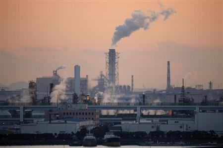 Factories at an industrial zone are seen from Haneda airport in Tokyo January 17, 2009. REUTERS/Stringer
