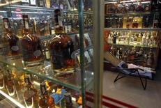 Diageo, groupe britannique de spiritueux, a annoncé jeudi une croissance soutenue de son chiffre d'affaires au second semestre 2012, soutenu par des hausses de prix et la forte progression aux Etats-Unis de ses marques de prestige, comme la vodka Ketel One et Bulleit Bourbon. /Photo d'archives/REUTERS/Kham