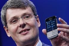Глава Research in Motion (RIM) Торстен Хейнс показывает новый смартфон Blackberry 10 в Нью-Йорке, 30 января 2013 года. Research In Motion Ltd представила наконец долгожданную линейку смартфонов, но огорчила инвесторов новостью о том, что продажи новых аппаратов BlackBerry 10 начнутся в США не раньше марта, в результате чего акции компании упали на 12 процентов. REUTERS/Shannon Stapleton