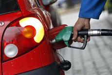 Carburanti tornano a salire, benzina poco sotto 1,85 euro al litro REUTERS/Alessandro Garofalo