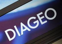 Логотип Diageo на здании офиса компании в Лондоне, 27 августа 2009 года. Diageo, крупнейший в мире производитель спиртных напитков, нарастил продажи во второй половине 2012 года за счет роста цен и спроса на бренды премиум-класса вроде Ketel One и Bulleit Bourbon в США. REUTERS/Toby Melville
