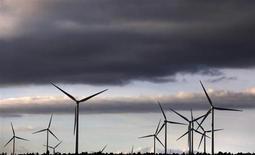 La tasa interanual del indicador adelantado del índice de precios al consumo (IPC) de España cayó en enero hasta el nivel más bajo de julio pasado gracias a los precios de la electricidad y carburantes, dijo el jueves el Instituto Nacional de Estadística (INE). En la imagen, turbinas eólicos de generación de electricidad de Iberdrola en una granja eólica en Moranchón, en el centro de España, el 17 de diciembre de 2012. REUTERS/Sergio Pérez