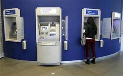 Un bancomat a Milano. REUTERS/Alessandro Garofalo