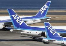All Nippon Airways (ANA) (ANA), la compagnie du lancement du Boeing 787 Dreamliner, a annoncé jeudi avoir perdu 1,4 milliard de yens (plus de 11 millions d'euros) en janvier en raison des annulations de vols induites par l'immobilisation au sol de l'appareil après une série de défaillances techniques. /Photo prise le 29 janvier 2013/REUTERS/Toru Hanai