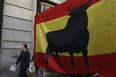 España registró entradas netas de capital en octubre por tercer mes consecutivo, por importe de 13.177,9 millones de euros, dijo el jueves el Banco de España. En la imagen, un hombre pasa junto a una bandera de España el 30 de enero de 2013 en el centro de Madrid. REUTERS/Susana Vera