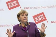 El desempleo en Alemania cayó inesperadamente en enero en términos desestacionalizados, provocando un descenso de la tasa de paro al 6,8 por ciento desde el 6,9 por ciento de diciembre. En la imagen, Angela Merkel tras visitar la sede del sindicato alemán DGB en Berlín el 15 de enero de 2013. REUTERS/Thomas Peter