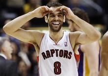 El base español José Manuel Calderón saldrá de Toronto Raptors y jugará finalmente en Detroit Pistons después de un acuerdo entre tres equipos de la NBA la madrugada del jueves que implicó a seis jugadores. En la imagen, CAlderón durante un partido frente a los Los Angeles Lakers en Toronto, el 20 de enero de 2013. REUTERS/Mark Blinch