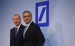 Les co-présidents du directoire de Deutsche Bank, Jürgen Fitschen (à gauche) et Anshu Jain. La première banque allemande fait état d'une perte avant impôts de 2,6 milliards d'euros pour le quatrième trimestre, sous le coup d'importantes charges de restructuration et de provisions liées aux procédures judiciaires qui la visent. /Photo prise le 31 janvier 2013/REUTERS/Kai Pfaffenbach