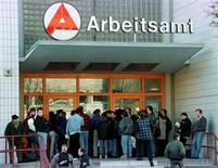 Centre pour l'emploi à Berlin. Le taux de chômage a baissé contre toute attente en janvier, en données ajustées des variations saisonnières, revenant à 6,8%, un niveau proche de son plus bas record d'après la réunification du pays. /Photo d'archives/REUTERS