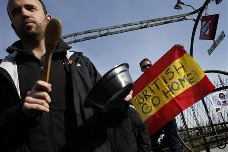 Spanish airline Iberia employees protest outside the International Tourism Trade Fair (FITUR) in Madrid January 30, 2013. REUTERS/Juan Medina