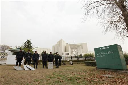 Policemen stand guard outside the Supreme Court building in Islamabad January 17, 2013. REUTERS/Faisal Mahmood