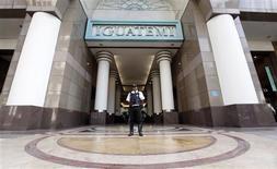 Segurança faz guarda na entrada do shopping Iguatemi, em São Paulo, em julho de 2011. Os shopping centers brasileiros devem registrar aumento de 12 por cento nas vendas deste ano, a associação que representa o setor no país, Abrasce. 29/07/2011 REUTERS/Nacho Doce
