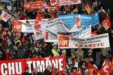 Manifestation à Marseille de fonctionnaires en grève pour réclamer un geste sur l'emploi et les rémunérations. Les quelque 5,2 millions de fonctionnaires français étaient appelés jeudi à cesser le travail et à manifester par trois syndicats, CGT, FSU et Solidaires, qui entendent peser sur des négociations prévues le 7 février. /Photo prise le 31 janvier 2013/REUTERS/Jean-Paul Pélissier