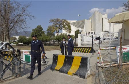 A police officer leaves the Supreme Court building in Islamabad January 31, 2013. REUTERS/Mian Khursheed