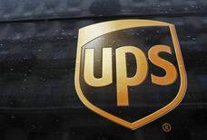 Логотип United Parcel Service (UPS) в центре Варшавы 16 января 2013 года. Показатели крупнейшей в мире почтовой компании United Parcel Service Inc в четвертом квартале 2012 года не оправдали надежд аналитиков, как и прогноз на 2013 год. REUTERS/Kacper Pempel