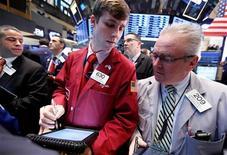 Las acciones estadounidenses abrieron planas el jueves, entre datos económicos que continúan mostrando un escenario dispar de la economía y mientras los inversores analizan una serie de resultados corporativos. En la imagen, operadores en la Bolsa de Nueva York, el 18 de enero de 2013. REUTERS/Brendan McDermid