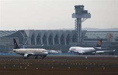 Aéroport de Francfort. L'Association internationale de transport aérien (Iata) estime que la croissance de la demande mondiale de transport aérien devrait à nouveau ralentir cette année, tandis que le marché du fret devrait se reprendre après un repli en 2012. /Photo prise le 28 février 2012/REUTERS/Alex Domanski