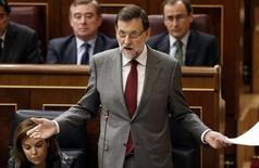 Spanish Prime Minister Mariano Rajoy gestures as he answers a question from the opposition during a government's control session at Parliament in Madrid January 30, 2013. REUTER/Sergio Perez (SPAIN - Tags: POLITICS)