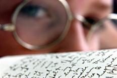 """Двенадцатилетний Брайан Гленнон смотрит на оригинальную рукопись романа Джеймса Джойса """"Улисс"""" в Библиотеке Честера Битти в Дублине 13 июня 2000 года. Восемь лет потребовалось китаянке Дай Конрон на то, чтобы перевести """"Поминки по Финнегану"""" Джеймса Джойса на китайский язык, но столь героический подвиг переводчицы окупился сполна: 755-страничная книга, вышедшая тиражом 8.000 копий, была раскуплена всего за три недели. FP"""