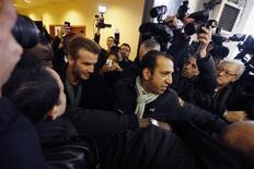 David Beckham está cerca de cerrar su fichaje por el París Saint-Germain, de la Ligue 1 francesa, según informó el jueves el canal de televisión británico Sky Sports. En la imagen, Beckham rodeado de fotógrafos y guardaespaldas en el hospital La Pitie-Salpetriere de París el jueves. REUTERS/Charles Platiau