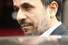 Presidente iraniano, Mahmoud Ahmadinejad, é visto em novembro de 2012 ao sair de reunião em Hanói, no Vietnã. O Irã informou à agência nuclear da ONU que irá instalar mais centrífugas para o enriquecimento de urânio, o que deve complicar ainda mais os esforços diplomáticos para resolver o impasse em torno do programa atômico iraniano. 10/11/2012 REUTERS/Kham
