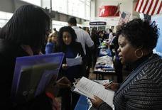 El número de estadounidenses que solicitaron beneficios por desempleo por primera vez en Estados Unidos subió la semana pasada desde mínimos de cinco años, y la cifra se situó en niveles consistentes con una creación de empleo más modesta. En la imagen, Lolita Hill (a la derecha), de Hewlett-Packard, entrvista a una aspirante en uan feria de empleo para veteranos y sus parejas organizada por la Cámara de Comercio de EEUU y el club de béisbol Washington Nationals en Washington, el 5 de diciembre de 2012. REUTERS/Gary Cameron
