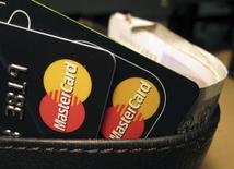 Карты MasterCard в Лондоне 8 декабря 2010 года. Результаты MasterCard Inc в четвертом квартале оказались лучше прогнозов Уолл-стрит на фоне роста популярности безналичных платежей. REUTERS/Jonathan Bainbridge