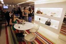 Mulheres fazem compras em shopping center, em Recife. O Brasil deve ver abertura neste ano de praticamente o dobro do número de shopping centers inaugurados em 2012, sendo a maior concentração na região Sudeste, porém, com as cidades menores ganhando cada vez mais participação no setor. 05/05/2010 REUTERS/Bruno Domingos