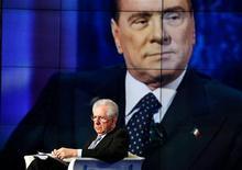 Hace poco más de un año, Silvio Berlusconi se vio forzado a dejar el poder y el profesor de economía Mario Monti tomó el relevo como primer ministro, recibido como salvador de Italia. En la imagen, el primer ministro italiano, Mario Monti, acude invitado al programa de televisión Porta a Porta en Roma, el 14 de enero de 2013. REUTERS/Alessandro Bianchi/Files