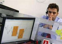 El regulador bursátil levantó el jueves la prohibición sobre las posiciones cortas o bajistas que pesaban sobre la renta variable española desde julio. Imagen de un operador bursátil en una subasta de bonos en Madrid el pasado mes de diciembre. REUTERS/Andrea Comas