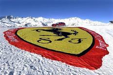 Distintivo da Ferrari é visto durante evnto da escuderia para imprensa na estação de esqui italiana de Madonna di Campiglio. A Ferrari anunciou seu primeiro patrocinador chinês nesta quinta-feira, uma fabricante de componentes para veículos industriais pesados, a um mundo de distância do glamour dos supercarros da equipe italiana de Fórmula 1. 18/01/2013 REUTERS/Wroom Photoservice/Handout