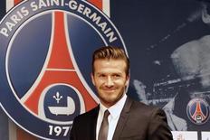 El ex jugador del Real Madrid y ex capitán de Inglaterra David Beckham ha firmado un contrato de cinco meses con el París Saint-Germain, según dijo el club francés el jueves. En la imagen, Beckham llega a la rueda de prensa en el Parque de los Príncipes de París. REUTERS/Philippe Wojazer