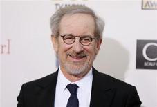 El director estadounidense Steven Spielberg es claro favorito entre el público estadounidense para hacerse con el Oscar a mejor director por su película sobre Abraham Lincoln, según un sondeo de Reuters. En la imagen de archivo, Spielberg posa antes los preios de los críticos 2013 en Santa Mónica, Estados Unidos. REUTERS/Danny Moloshok